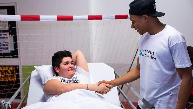Kylian Mbappé fait une surprise aux enfants pour le Sport à l'hôpital